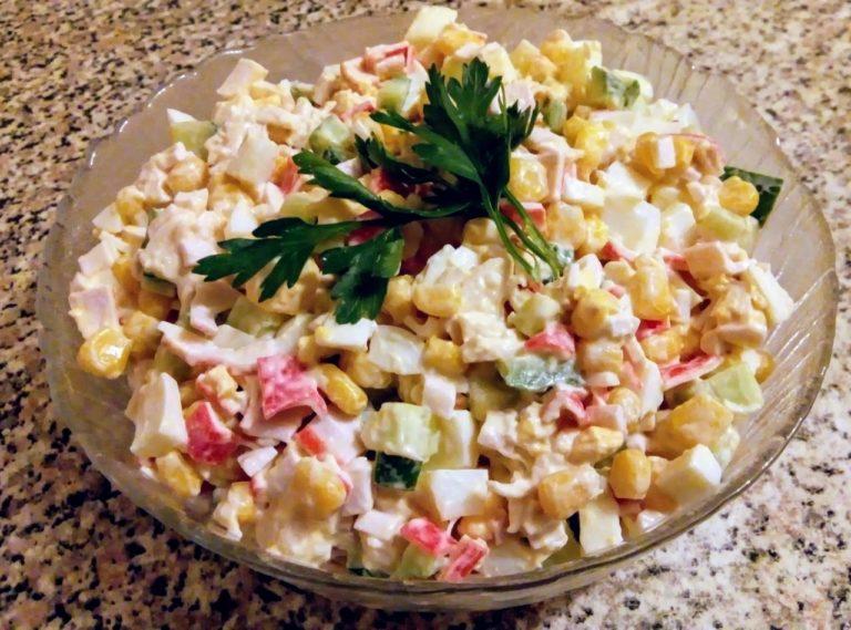 Салат мимоза с крабовыми палочками и кукурузой