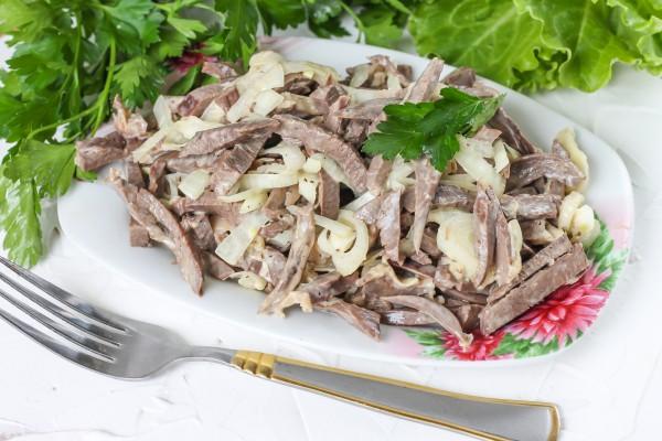 Салат из сердца с луком